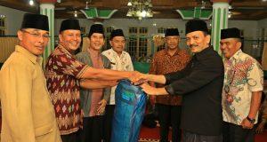 Kasatpol PP dan Damkar Devitra bersama anggota tim safari ramadhan IX menyerahkan bantuan 2 gulung tikar sholat kepada pengurus Masjid Darul Hikmah Sicincin.