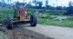 Pengerjaan clearing jalan ruas Sikabu-madangkodok di jorong Sikabu-kabu Tanjuang Haro Padang Panjang, Kecamatan Luak, Kamis(6/7). Sumber Foto Arfidel Ilham