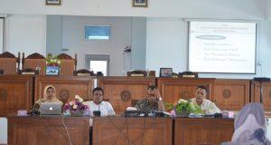 diskusi publik untuk memberikan masukan dan saran terhadap tiga buah Ranperda Inisiatif dengan Kantor Wilayah Kementrian Hukum dan HAM Sumatera Barat. Diskusi ini dihadiri oleh OPD terkait, serta para Wali Nagari bertempat di Aula DPRD Limapuluh Kota Kamis dan Jumat (19-20/10/2017).